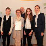 Aline Glantz, Manuel Berger (1HSA), Prof. Harald Führer,Dir. Maria Ettl bei der Preisverleihung des Bildungspreises der B&C Privatstiftung am 18.10.2016 im Audienzsaal des BMB.